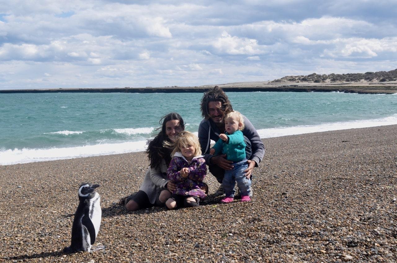 Familienfoto mit Pinguin